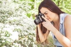 Weibliche fotografierte Natur mit Retro- alter Kamera stockbild