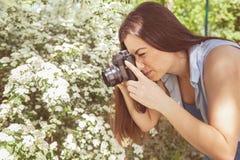 Weibliche fotografierte Natur mit Retro- alter Kamera lizenzfreie stockfotos