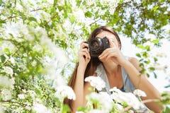 Weibliche fotografierte Natur mit Retro- alter Kamera lizenzfreies stockfoto