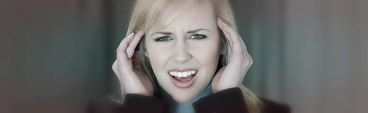 Weibliche Frau mit Migräne-Druck-Kopfschmerzen stockfotos