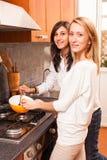 Weibliche Freunde in der Küche lizenzfreie stockfotografie