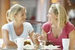 Weibliche Freunde, die zusammen am Mall zu Mittag essen Lizenzfreie Stockfotos