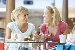 Weibliche Freunde, die zusammen am Mall zu Mittag essen Lizenzfreie Stockbilder