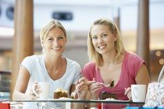 Weibliche Freunde, die zusammen am Mall zu Mittag essen Stockfoto
