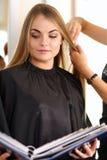 Weibliche Friseurhände, die Kamm und Scheren halten Stockfotos