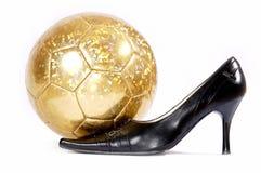 Weibliche Fußbekleidung und Fußball auf einem weißen Hintergrund Lizenzfreies Stockbild