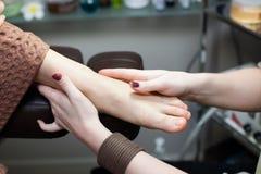 Weibliche Fußschönheit der Massage Stockfotografie