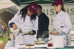 Weibliche Gelehrte von Tourismus schulen das Kochen eines Pfannkuchens Lizenzfreie Stockfotos