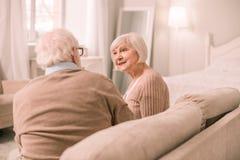 Weibliche genießende angenehme Kommunikation der Art mit ihrem Mann lizenzfreies stockbild