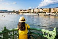 Weibliche genießende Budapest-Ansicht von der Brücke stockbilder