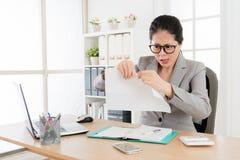 Weibliche Geschäftsdame reißen den Bericht auseinander stockfotos