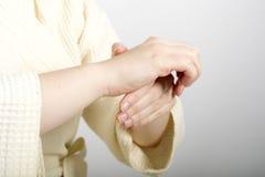 Weibliche Hände auf Badekurort Stockfoto
