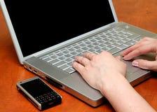 Weibliche Hände, auf der Tastatur Stockbild