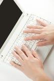 Weibliche Hände auf einer Laptoptastatur Stockfotos