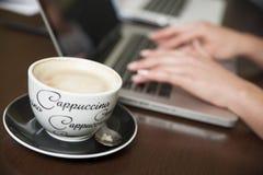 Weibliche Hände auf Laptop Lizenzfreies Stockfoto