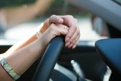 Weibliche Hände auf Rad Stockfotografie