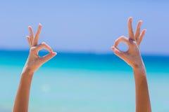 Weibliche Hände auf Seehintergrund Lizenzfreies Stockbild