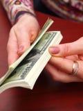 Weibliche Hände betrachten Bargeld stockbilder