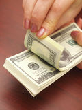Weibliche Hände betrachten Dollar stockfotografie