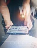 Weibliche Hände des Fotos, die moderne Tablette halten Manager, der neues privates Bankprojektbüro bearbeitet Unter Verwendung de Stockbild