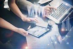 Weibliche Hände des Fotos, die moderne Tablette halten Risikomanager, die neues privates Bankprojekt im Büro bearbeiten Unter Ver Lizenzfreies Stockbild