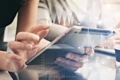 Weibliche Hände des Nahaufnahmefotos, die moderne Tablette halten Kundenbetreuer, die neues privates Bankprojektbüro bearbeiten v Lizenzfreies Stockfoto