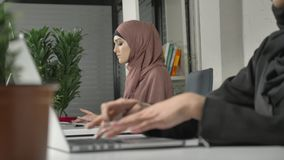 Weibliche Hände, die auf der Tastatur, Nahaufnahme schreiben Mädchen im rosa hijab im Hintergrund Büro, Geschäft, Arbeit, Frauen stock video footage