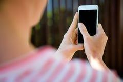 weibliche Hände, die auf einem Smartphone schreiben Lizenzfreie Stockfotos