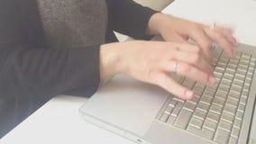 Weibliche Hände, die auf einer Computertastatur schreiben stock footage