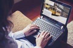 Weibliche Hände, die auf einer Laptoptastatur schreiben Lizenzfreie Stockbilder