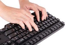 Weibliche Hände, die auf Tastatur schreiben Lizenzfreie Stockbilder