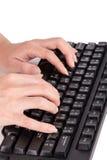 Weibliche Hände, die auf Tastatur schreiben Lizenzfreies Stockfoto