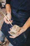 Weibliche Hände, die an Becher arbeiten Stockbild
