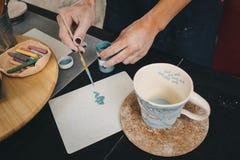 Weibliche Hände, die an Becher arbeiten Lizenzfreies Stockbild
