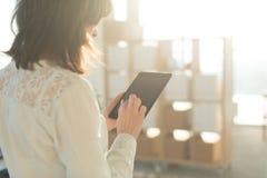 Weibliche Hände, die den Tabletten-PC, schreibend, unter Verwendung des mit Berührungseingabe Bildschirms und Wi-Fiinternets halt Stockbild