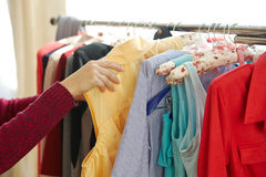 Weibliche Hände, die in der Kleidung durchstöbern Stockfotos