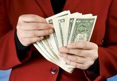 Weibliche Hände, die Dollarbanknoten zählen Lizenzfreie Stockfotografie