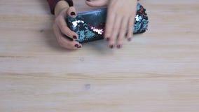 Weibliche Hände, die ein Braun und Kasten zensieren halten stock video