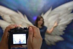 Weibliche Hände, die ein Foto machen Lizenzfreie Stockfotografie
