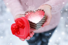 Weibliche Hände, die eine Geschenkbox halten Stockbild