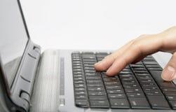 Weibliche Hände, die einen Text schreiben Lizenzfreie Stockfotografie