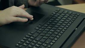 Weibliche Hände, die an einer Laptop-Computer Tastatur arbeiten stock footage