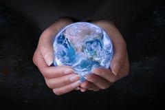 Weibliche Hände, die Erde im Weltraum, Konzeptabwehr das worl halten Lizenzfreie Stockfotografie