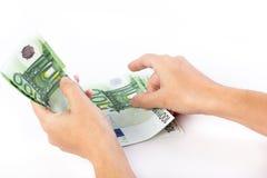Weibliche Hände, die 100 Eurobanknoten zählen Stockfoto