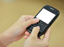 Weibliche Hände, die intelligentes Telefon halten Lizenzfreie Stockbilder