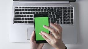 Weibliche Hände, die Klemme tun, um auf das Smartphone ` s mit Berührungseingabe Bildschirm laut zu summen Grüner Schirm, chromak stock video footage