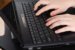 Hände, die an Laptop arbeiten Lizenzfreie Stockfotografie