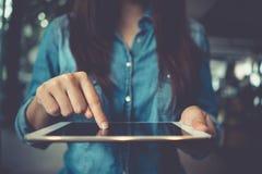 Weibliche Hände, die mit Computer Touch Screen der Tablette arbeiten Frau lizenzfreies stockfoto