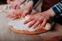 Weibliche Hände, die oben Pizzateig, Abschluss kneten stockfotos