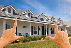 Weibliche Hände, die schönes Haus gestalten stockbild